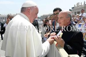La consegna della medaglia al Papa (1)